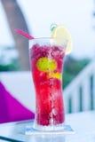 Tropisk coctail på strandklubban royaltyfri bild