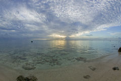 tropisk dröm- solnedgång för strand Arkivfoton