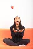 Tropisk flicka som jonglerar med äpplet Fotografering för Bildbyråer