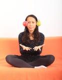 Tropisk flicka som jonglerar med äpplet och päronet Royaltyfri Bild