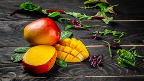 Tropisk frukt f?r mango p? en m?rk tr?bakgrund Lekmanna- l?genhet placera text olivgr?n f?r olja f?r k?k f?r kockbegreppsmat ny ? arkivfoton