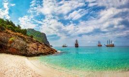 Tropisk havsfjärd med skepp i solig dag Landskapet av havet, vaggar och stranden med vit sand Arkivfoto