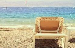 tropisk havsstrand och dagdrivare för två chaise på solnedgången arkivfoton