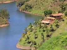 Tropisk herrgård på en flod fotografering för bildbyråer