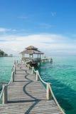 Tropisk koja och träbro på feriesemesterorten, Phuket Royaltyfri Bild