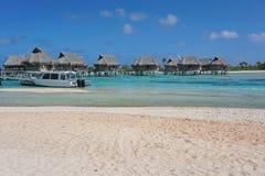 Tropisk kust för strand för overwaterbungalowlagun arkivbilder
