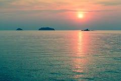 Tropisk kust under en fantastisk solnedgång Natur Arkivbilder