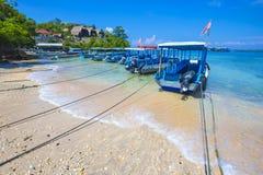 Tropisk kustlinje av den Nusa Penida ön Arkivfoton