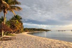 Tropisk kustlinje och semesterort Arkivbilder