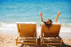 tropisk kvinna för strandchaisevardagsrum royaltyfri fotografi