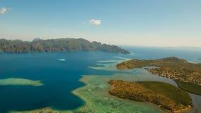 Tropisk lagun för flyg- sikt, hav, strand tropisk ö Busuanga Palawan, Filippinerna arkivfilmer