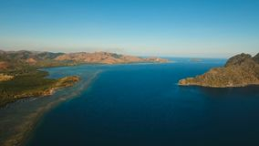 Tropisk lagun för flyg- sikt, hav, strand tropisk ö Busuanga Palawan, Filippinerna lager videofilmer