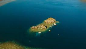 Tropisk lagun för flyg- sikt, hav, strand tropisk ö Busuanga Palawan, Filippinerna stock video