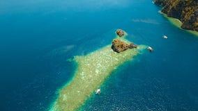 Tropisk lagun för flyg- sikt, hav, strand tropisk ö Busuanga Palawan, Filippinerna Royaltyfri Fotografi