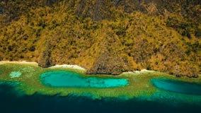 Tropisk lagun för flyg- sikt, hav, strand tropisk ö Busuanga Palawan, Filippinerna Royaltyfria Bilder