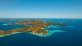 Tropisk lagun för flyg- sikt, hav, strand tropisk ö Coron Palawan, Filippinerna Royaltyfria Foton
