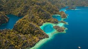 Tropisk lagun för flyg- sikt, hav, strand tropisk ö Busuanga Palawan, Filippinerna