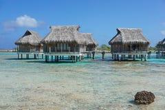 Tropisk lagun med overwaterbungalower royaltyfria foton
