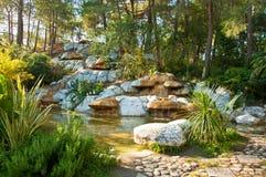 Tropisk landskapdesign Sikt av det lilla dammet och vattenfallet Arkivfoto