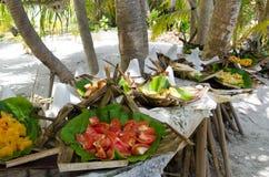 Tropisk mat tjänat som utomhus- i den Aitutaki lagunkocken Islands royaltyfria foton