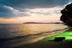 Tropisk nattplats på stranden arkivfoto