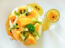 Tropisk pavlova med kiwin och mango Arkivfoto