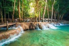 Tropisk regnskog med den Kuang Si kaskadvattenfallet laos luangprabang Fotografering för Bildbyråer
