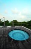tropisk rooftop för semesterort för hotellbubbelpoolpöl Arkivfoto