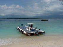 Tropisk sandig strand med fartyg och blått rent vatten Arkivbilder