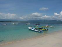 Tropisk sandig strand med fartyg och blått rent vatten Arkivfoton