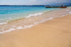 Tropisk sandstrand med fartyget i bakgrund royaltyfri fotografi