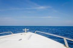 Tropisk sandstrand och havsvatten Royaltyfri Fotografi