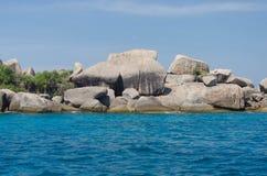 Tropisk sandstrand och havsvatten Arkivbild