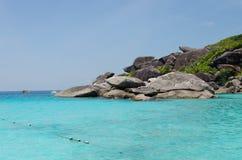 Tropisk sandstrand och havsvatten Arkivfoton