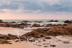 Tropisk seascape i Rayong, Thailand Royaltyfri Bild