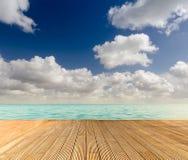 Tropisk seascape med den tomma träbryggan royaltyfri bild