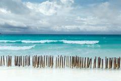 Tropisk seascape med det azura havet för turkos och den vita sandiga stranden i Boracay, Filippinerna royaltyfri fotografi