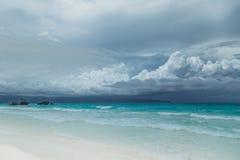 Tropisk seascape med det azura havet för turkos och den vita sandiga stranden i Boracay, Filippinerna arkivfoton