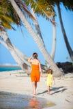 tropisk semester för dottermoder Arkivfoto