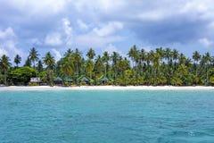 Tropisk semesterort med sikt för många palmträd från havet Royaltyfri Bild