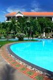 Tropisk semesterort med simbassängen Arkivbilder