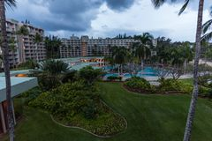 Tropisk semesterort på Kauai, Hawaii, i vinter på skymning royaltyfri fotografi