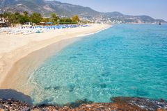 Tropisk semesterorthavsstrand på sommarsemester Strand med vit sand, Alanya Turkiet arkivbild