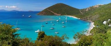 Tropisk shoreline i den brittiska jungfruliga ön (BVI) som är karibisk Arkivfoto