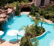 Tropisk simbassäng för strandsemesterorthotell royaltyfri fotografi