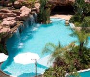 Tropisk simbassäng för strandsemesterorthotell arkivfoton
