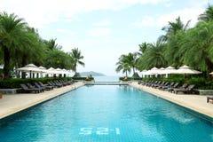 Tropisk simbassäng för strandsemesterorthotell Arkivbild
