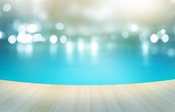 Tropisk simbassäng för trägolv på pastellfärgad bakgrund, mjukt och suddighet Arkivfoto