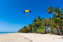 Tropisk Skydiving tandem landning Arkivbild