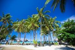 Tropisk solig strand i härlig exotisk semesterort Arkivfoto